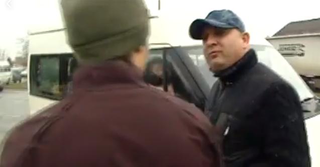 Megkezdődtek a csalások: azt hazudta a fideszes aktivista, hogy Vona Gábornak gyűjtenek aláírásokat!