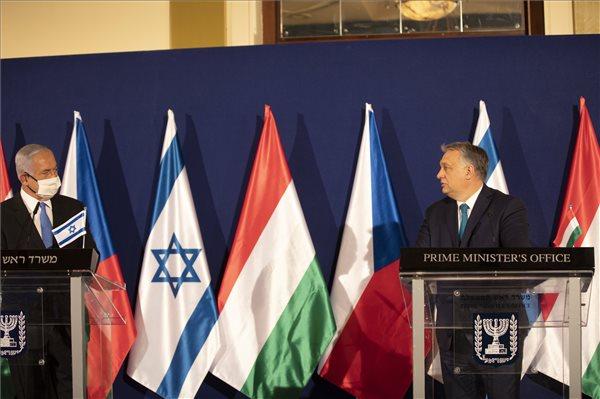 Orbán két korrupcióval vádolt kormányfő társaságában elmélkedett a sikeres védekezésről